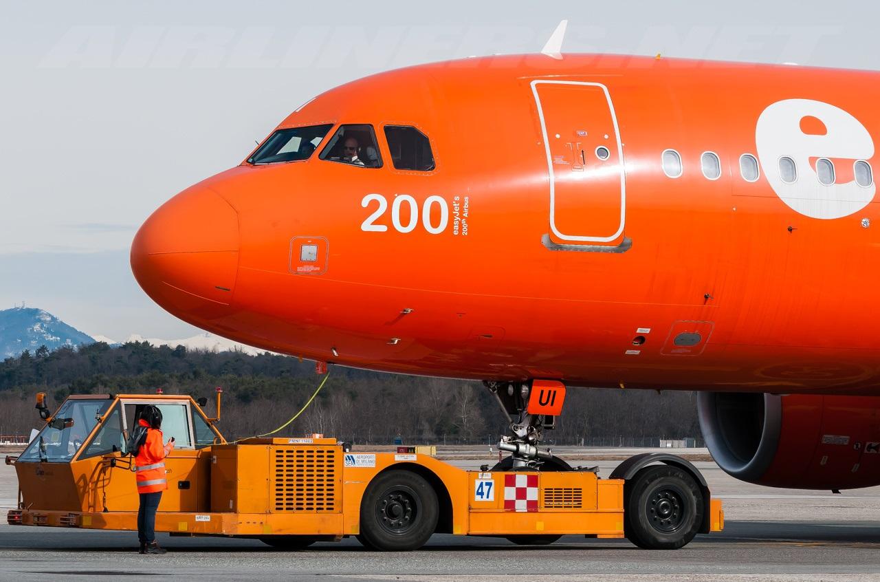 U2_A320_G-EZUI